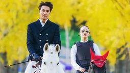 Diketahui jika penampilan Lee Min Ho saat menaiki kuda ini dalam rangka syuting drama terbaru berjudul THE KING: THE ETERNAL MONARCH. Selain itu, ia juga diketehui memerankan dua karakter berbeda di darama tersebut. (Liputan6.com/IG/@anstagram_._)
