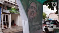 Baliho Rizieq Shihab terlihat di Jalan Petamburan 3, Jakarta, Rabu (30/12/2020). Pemerintah memutuskan untuk menghentikan kegiatan dan membubarkan organisasi massa Front Pembela Islam (FPI). (merdeka.com/Imam Buhori)