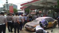 Mobil sedan berisi jerigen bensin yang meledak di Pertamina Saranani Kendari, Selasa (16/7/2019).(Liputan6.com/Ahmad Akbar Fua)