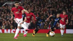 Gelandang Manchester United, Bruno Fernandes mencetak gol dari titik penalti saat bertanding melawan Club Brugge pada leg kedua 32 besar Liga Europa di Old Trafford, Inggris, Kamis, (27/2/2020). MU menang telak 5-0 atas Club Brugge. (AP Photo/Dave Thompson)