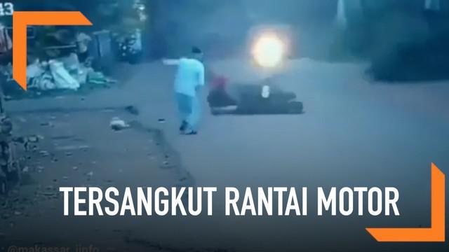 Seorang wanita jatuh dan sempat terseret motor lantaran bajunya yang menjuntai tersangkut rantai motor.
