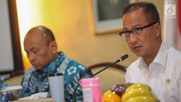 Mensos Agus Gumiwang Kartasasmita memberi keterangan terkait peringatan Hari Penyandang Disabilitas Internasional (HDI) 2018, Jakarta, Jumat (30/11). Acara akan digelar di Mall Sumarecon Bekasi, Minggu-Senin (2-3 Desember). (Liputan6.com/Faizal Fanani)