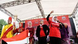 Menteri Sosial Kofifah Indar Parawansa (kanan) ikut menghadiri peringatan Hari Toleransi Internasional, Jakarta, Minggu (16/11/2014). (Liputan6.com/Faizal Fanani)