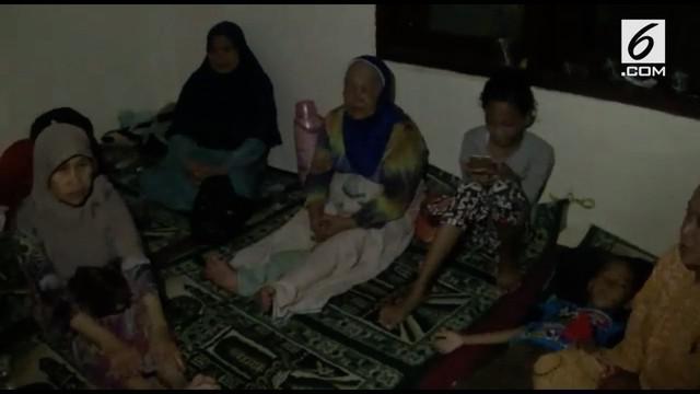 Tercatat 800 rumah hancur akibat angin puting beliung di Bogor. Banyak warga memilih mengungsi di masjid atau rumah kerabat terdekat.