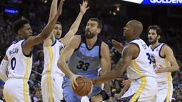 Pemain Memphis Grizzlies, Marc Gasol (33)  mencoba keluar dari kepungan para pemain Warriors pada laga NBA basketball games di ORACLE Arena, Oakland (20/12/2017). Warriors menang 97-84. (AP/Ben Margot)