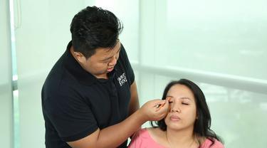 Simak make up tutorial untuk kamu yang  memiliki wajah bulat