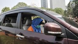 Tersangka Aulia Kesuma saat mengikuti rekonstruksi kasus istri bunuh dan bakar suami serta anak tiri di Polda Metro Jaya, Jakarta, Senin (9/9/2019). Aulia dan model yang memerankan tersangka Kelvin memeragakan tiga adegan pembakaran korban di dalam mobil. (merdeka.com/Iqbal Nugroho)