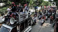 Massa dari berbagai serikat buruh menggelar aksi menolak UU Omnibus Law Cipta Kerja di kawasan JIEP, Jakarta, Selasa (6/10/2020). Ratusan buruh berpawai sambil berorasi mengajak pekerja turun ke jalan menolak UU Omnibus Lawa Cipta Kerja yang dinilai merugikan buruh. (merdeka.com/Iqbal S. Nugroho)