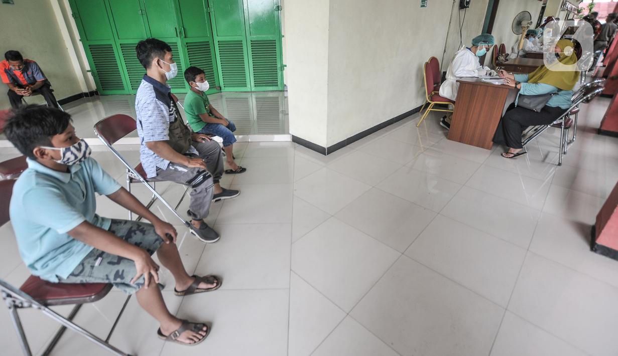 Warga mendaftar untuk menjalani tes Covid-19 di Gelanggang Olahraga Remaja (GOR) Kecamatan Makasar, Jakarta, Senin (17/5/2021). Pemkot Jakarta Timur menggelar tes Covid-19 gratis bagi warga yang baru tiba di Ibu Kota guna mencegah penyebaran virus Corona usai mudik. (merdeka.com/Iqbal S Nugroho)