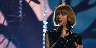 Taylor Swift kembali tersorot publik. Bukan soal karier atau kisah cintanya, namun soal kasus pelecehan seksual yang menimpa dirinya belum lama ini. Kejadian ini tentunya membuat Taylor geram. (AFP/Robyn Beck)