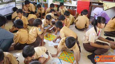 Citizen6, Surabaya: Mahasiswa ITS, Jurusan Teknik Kimia, dalam program kreatifitas mahasiswa pengabdian masyarakat (PKMM) membuat permainan yang bernama Jaws (Javanesse World Scrabble).(Pengirim: Widhy Roviantika)
