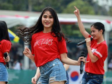 Grup JKT 48 menghibur peserta dan penonton sekaligus menutup sesi pertandingan di cabang olahraga Panahan Asian Games 2018 di Lapangan Panahan Gelora Bung Karno, Jakarta (28/08). (ANTARA FOTO/INASGOC/Mudak Yasin/bmz/18)