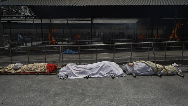 Jasad korban virus corona COVID-19 berbaris untuk dikremasi di tempat kremasi di New Delhi, India, Rabu (28/4/2021). Krisis COVID-19 di India diprediksi akan terus berlangsung hingga beberapa bulan ke depan. (Money SHARMA/AFP)