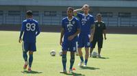 Omid Nazari dan Kevin van Kippersluis menjalani sesi latihan perdana bersama Persib Bandung di Stadion Gelora Bandung Lautan Api, Rabu (21/8/2019). (Liputan6.com/Huyogo Simbolon)