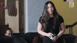 Putri terpidana kasus korupsi e-KTP Setya Novanto, Dwina Michaella berada di lobi usai menjalani pemeriksaan di Gedung KPK, Jakarta, Rabu (28/8/2019). Dwina dimintai keterangan sebagai saksi untuk tersangka Paulus Tanos dalam kasus pengadaan Kartu Tanda Penduduk Elektronik. (merdeka.com/Dwi Narwoko)