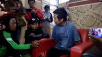 SN (25) tersangka utama kasus pelemparan sperma di Kota Tasikmalaya, Jawa Barat tengah diwawancarai wartawan (Liputan6.com/Jayadi Supriadin)