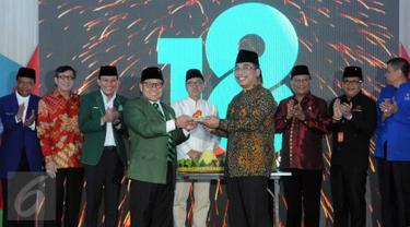 Ketua Umum PKB Muhaimin Iskandar (keempat kiri) bersama para pimpinan partai lain serta perwakilan pemerintah dalam peringatan hari lahir ke-18 Partai Kebangkitan Bangsa di DPP PKB Jakarta, Sabtu (23/7). (Liputan6.com/Helmi Afandi)