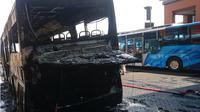 Sebuah bus tiba-tiba terbakar di Bandara Ngurah Rai, Jumat (6/9/2019). (Liputan6.com/Dewi Divianta/Istimewa)