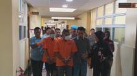 Pihak Kepolisian Daerah Sumbar menangkap penjual merkuri yang dipasok kepada para penambang emas ilegal di beberapa wilayah Sumatera Barat. (Liputan6.com/ Novia Harlina)