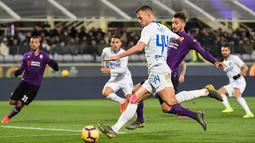 Aksi Ivan Perisic melepaskan tendangan ke gawang Fiorentina pada laga lanjutan Serie A yang berlangsung di stadion Artemio Franci, Firenze, Senin (25/2). Inter Milan imbang 3-3 kontra Fiorentina (AFP/Tiziana Fabi)