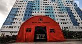 Tenda Badan Penanggulangan Bencana Daerah (BPBD) DKI Jakarta saat disiapkan di antara tower Rusun Nagrak, Cilincing, Jakarta Utara, Selasa (15/6/2021). Pemprov DKI Jakarta menyiapkan Rusun Nagrak sebagai tempat isolasi pasien COVID-19. (merdeka.com/Iqbal S. Nugroho)