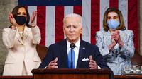 Presiden Joe Biden berpidato didampingi Wakil Presiden Kamala Harris dan Ketua DPR Nancy Pelosi di Kongres, US Capitol, Washington, Amerika Serikat, Rabu (28/4/2021). Pidato pertama Joe Biden di depan Kongres kali ini khusus hanya untuk undangan. (Melina Mara/The Washington Post via AP, Pool)