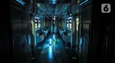 Lampu sinar ultraviolet (UV) untuk sterilisasi rangkaian kereta Light Rail Transit (LRT) Jakarta di Depo LRT Kelapa Gading, Senin (29/6/2020). Sterilisasi dari paparan Covid-19 dilakukan setiap malam usai kereta melayani penumpang dengan waktu penyinaran selama 15 menit. (merdeka.com/Iqbal Nugroho)