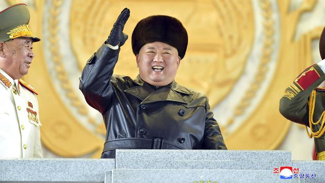 FOTO: Senyum Semringah Kim Jong-un Saksikan Parade Militer Korea Utara
