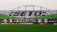 Aksi koreografi yang disuguhkan kelompok suporter PSS Sleman, Brigata Curva Sud (BCS) untuk mendukung Seto Nurdiyantoro dalam pertandingan kontra Barito Putera di Stadion Maguwoharjo, Sabtu (27/7/2019). (Bola.com/Vincentius Atmaja)