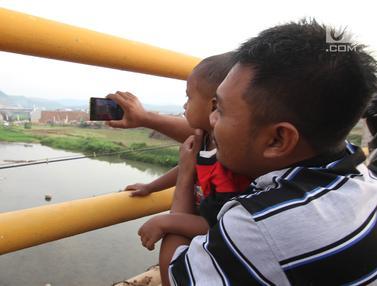 Usai Dioperasikan, Jembatan Kali Kuto Jadi Tontonan Warga