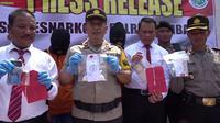 Tim Satres Narkoba Polres Rembang meringkus oknum mahasiswa yang mengedarkan narkoba jenis pil setan. (Liputan6.com/ Ahmad Adirin)