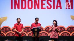"""Presiden Joko Widodo (tengah) berbincang bersama peraih medali emas pada Olimpiade 1992, Susi Susanti (kanan) saat Perayaan Imlek Nasional 2020 di ICE BSD Tangerang Selatan, Kamis (30/1/2020). Perayaan Imlek Nasional 2020 mengangkat tema """"Bersatu untuk Indonesia Maju"""". (Liputan6.com/Faizal Fanani)"""