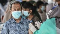 Warga disuntik vaksin Covid-19 saat program Vaksinasi Keliling di RPTRA Pulo Besar, Jakarta, Senin (12/7/2021). Pemprov DKI menggelar Vaksinasi Keliling dengan sistem jemput bola untuk mengejar target vaksinasi agar mencapai kekebalan kelompok (herd immunity). (merdeka.com/Iqbal S Nugroho)