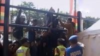 Pendukung Persib nyaris ricuh di Stadion Si Jalak Harupat, hingga mengembalikan keseimbangan bumi dari hal terkecil.
