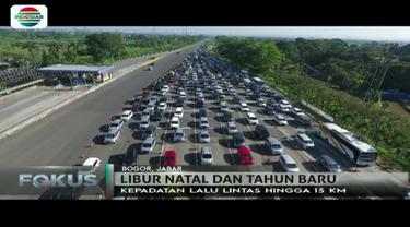 Kendaraan pemudik libur panjang akhir tahun mengular hingga 15 kilometer di Tol Ciawi kawasan Puncak.