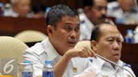 Menteri Perhubungan Ignasius Jonan saat menghadiri rapat kerja dengan Komisi V DPR di Gedung DPR, Jakarta, Selasa (26/1). Rapat membahas hasil pemeriksaan BPK tahun 2015 dan isu terkini terkait transportasi. (Liputan6.com/Johan Tallo)