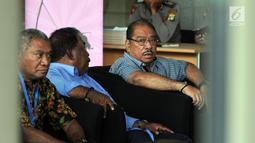 Anggota DPR RI dari Fraksi Partai Golkar Melchias Marcus Mekeng (kanan) berada di ruang tunggu sebelum menjalani pemeriksaan di Gedung KPK, Rabu (8/5/2019). Melchias Marcus Mekeng diperiksa sebagai saksi dalam kasus dugaan korupsi e-KTP dengan tersangka Markus Nari. (merdeka.com/Dwi Narwoko)