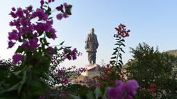 """Patung tertinggi dunia, """"Statue Of Unity"""", yang dibangun di negara bagian Gujarat, India, Selasa (30/10). Patung Persatuan yang berukuran 182 meter atau dua kali lebih tinggi dari Patung Liberty ini menelan biaya lebih dari Rp 6 triliun (SAM PANTHAKY/AFP)"""