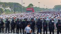 Ribuan simpatisan pemimpin FPI Rizieq Shihab mulai memadati kawasan Bandara Soekarno Hatta. Mereka ingin menyambut kepulangan Rizieq Shihab dari Arab Saudi. (Liputan6.com/Pramita Tristiawati)