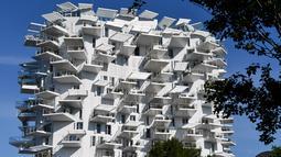 """Foto pada 3 Juni 2019 memperlihatkan sebuah bangunan """"L'arbre blanc"""" (White Tree) di Montpellier, Prancis selatan. Menara unik ini akan menjadi bangunan serba guna, mulai dari apartemen, galeri seni, restoran dan penthouse. (Pascal GUYOT/AFP)"""