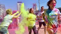 Para pelari melewati semburan bubuk warna-warni saat mengikuti Kyiv Color Run di Kiev, Ukraina, Minggu (10/6). The Color Run diluncurkan dan diselenggarakan pertama kali pada Januari 2012 di Amerika Serikat. (AFP PHOTO/Sergei SUPINSKY)