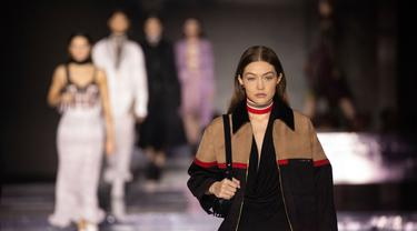Model Gigi Hadid memeragakan busana koleksi Burberry dalam London Fashion Week 2020 di London, Inggris, Senin (17/2/2020). London Fashion Week 2020 berlangsung pada tanggal 14 hingga 18 Februari. (Photo by Vianney Le Caer/Invision/AP)