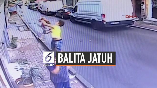 Rekaman CCTV menunjukkan balita terjatuh dari lantai 2 sebuah gedung di Istanbul, Turki. Untung saja, seorang pria dengan sigap menangkap balita yang jatuh tersebut.