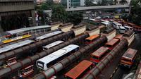 Berdasarkan Peraturan Daerah (Perda) Nomor 5 tahun 2014, semua angkutan umum harus memenuhi kelayakan dengan umur kendaraan maksimal 10 tahun, Jakarta, Senin (17/11/2014) (Liputan6.com/Faizal Fanani)