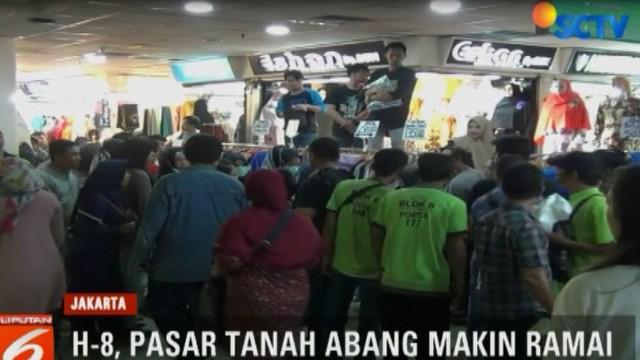 H-8 Lebaran, hiruk pikuk keramaian berbelanja di pusat perbelanjaan grosir terbesar Se-Asia Tenggara Pasar Tanah Abang, Jakarta Pusat tetap terasa.
