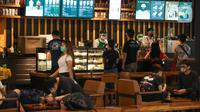 Pengunjung bersantai di salah satu gerai kopi di Mal Central Park, Jakarta, Senin (15/6/2020). Setelah beberapa bulan ditutup akibat wabah Covid-19 pada Senin (15/6) ini Pemprov DKI mengizinkan sekitar 80 mal atau pusat perbelanjaan untuk beraktivitas kembali. (Liputan6.com/Faizal Fanani)
