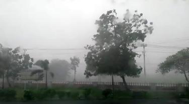 Ilustrasi - Hujan lebat disertai puting beliung di Wangon, Banyumas. (Foto: Liputan6.com/BPBD BMS/Muhamad Ridlo)