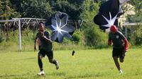 Pemain PSIS menjalani latihan fisik dengan sesi berlari dengan mengenakan parasut di kawasan Bandungan, Kabupaten Semarang. (Bola.com/Vincentius Atmaja)