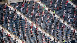 Para suporter terlihat di stadion Deutsche Bank Park sebelum pertandingan Bundesliga Jerman antara Eintracht Frankfurt melawan Arminia Bielefeld di Frankfurt, Jerman (19/9/2020). Sekitar 6.500 suporter diizinkan memasuki stadion untuk menonton. (Xinhua/Kevin Voigt)