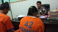 Satuan Reserse Narkoba Polresta Sidoarjo menangkap seorang ibu muda yang kerap menyimpan sabu dalam bra. (Liputan6.com/ Dian Kurniawan)